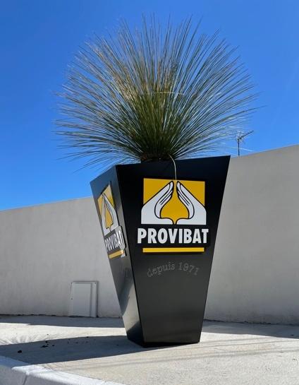 Notre jolie déco d'accueil chez PROVIBAT, sur fond de ciel bleu et mur fraichement refait